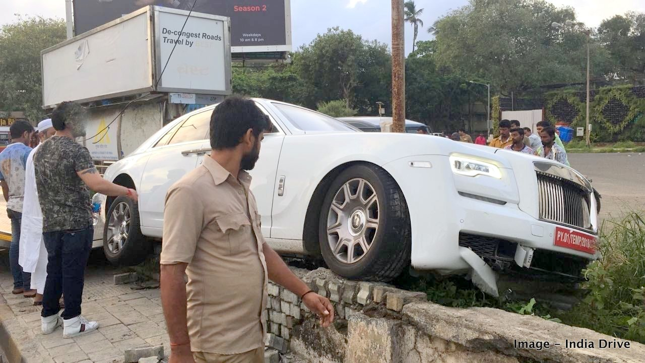 New Rolls Royce Ghost crashes into a Mumbai footpath ...