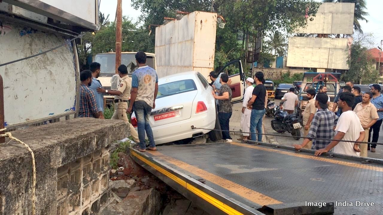 New Rolls Royce Ghost Crashes Into A Mumbai Footpath During First Drive