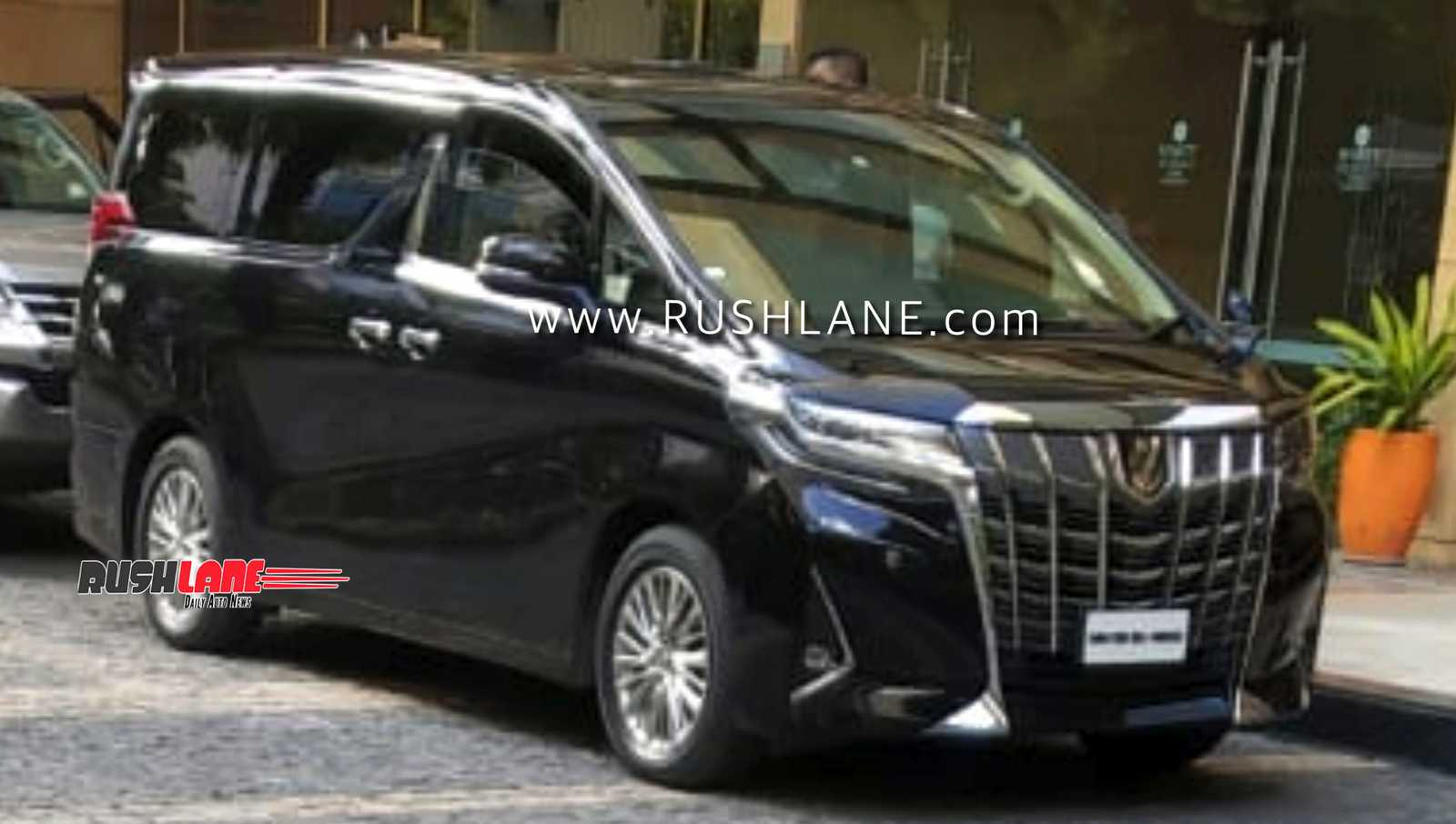 Toyota Alphard (Vellfire) spied along with Fortuner in Pune